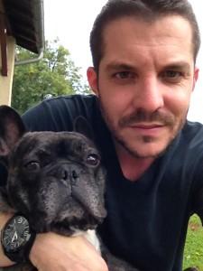 Jérôme nous présente son chien Cookie (à gauche sur la photo)
