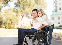 Jeune homme en fauteuil roulant et sa petite amie.