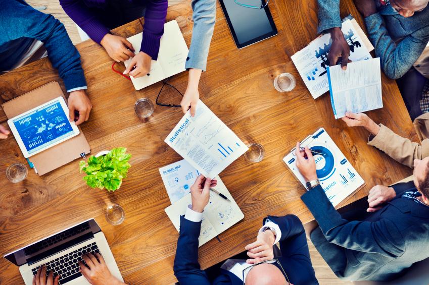 salariés assis autour d'une table