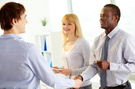 un employé des ressources humaines sert la main d'un salarié