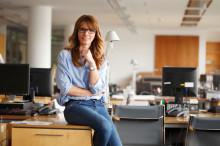 Une femme assise dans un bureau de travail