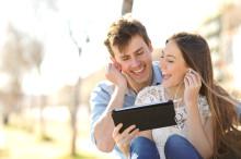 deux adolescents regardent une vidéo sur une tablette